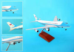 SKYMARKS - Air Force One - 747-200 - Solid Injection Snap-Fit - 1/200 Scale - with wood stand