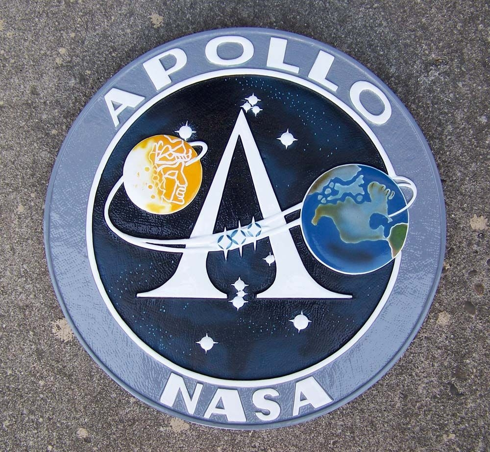 http://www.silentthundermodels.com/wall_plaques/images/apollo_program_insignia.jpg